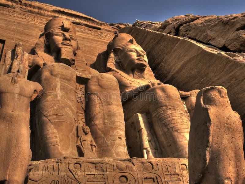 Αγάλματα στην είσοδο στο ναό Abu Simbel (Αίγυπτος) στοκ φωτογραφίες