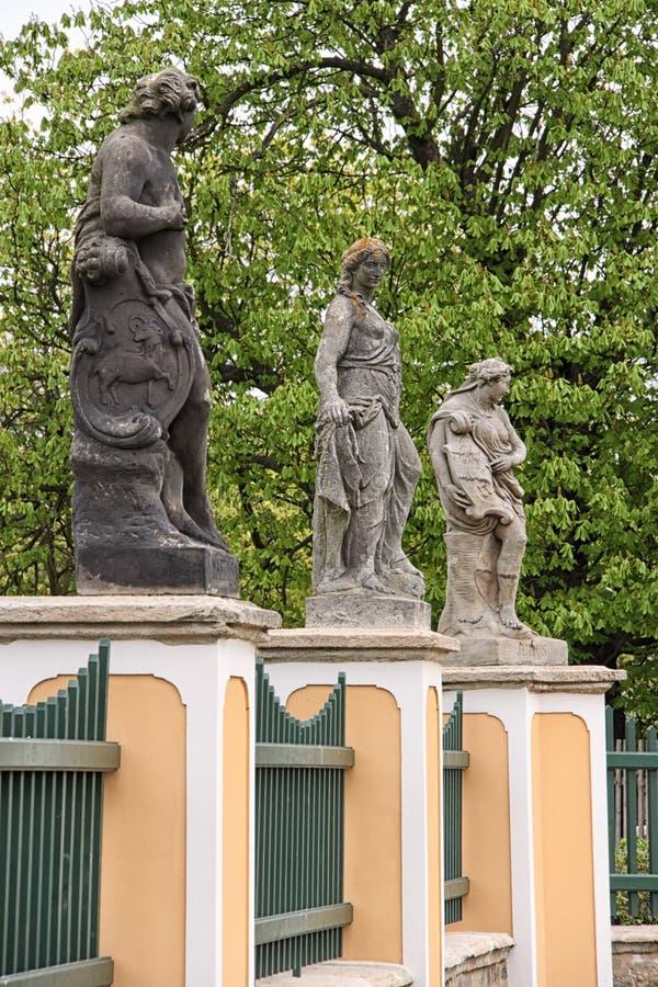 Αγάλματα στην περίφραξη στοκ εικόνες