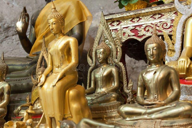 Αγάλματα του Βούδα στο ναό σπηλιών τιγρών κοντά στο krabi, Ταϊλάνδη στοκ εικόνες