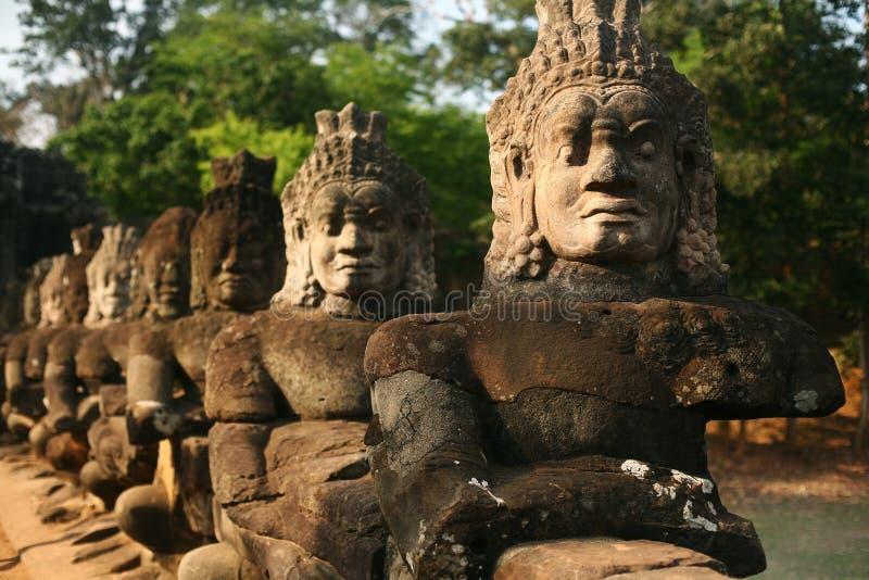 Αγάλματα φυλάκων Angkor Thom, Καμπότζη στοκ εικόνες