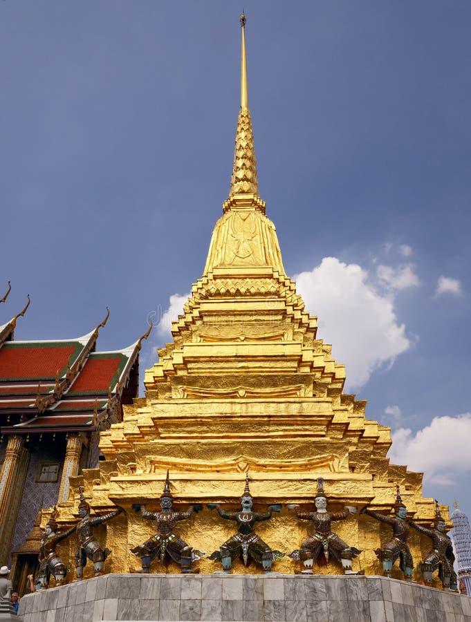 Αγάλματα Yaksha δαιμόνων γύρω από το χρυσό stupa μέσα στο σμαραγδένιο ναό του Βούδα στη Μπανγκόκ, Wat Phra Kaew, Ταϊλάνδη στοκ εικόνα με δικαίωμα ελεύθερης χρήσης