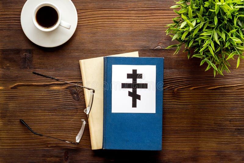 Αγία Βίβλος με σταυρό Ortodox - Χριστιανισμός - σε ξύλινο φόντο από πάνω προς τα κάτω στοκ φωτογραφία με δικαίωμα ελεύθερης χρήσης
