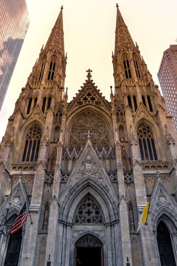 Αγία Πατρίκα και x27;Πρόσοψη καθεδρικού ναού στη δύση του ηλίου Μανχάταν, Νέα Υόρκη ΗΠΑ στοκ εικόνες