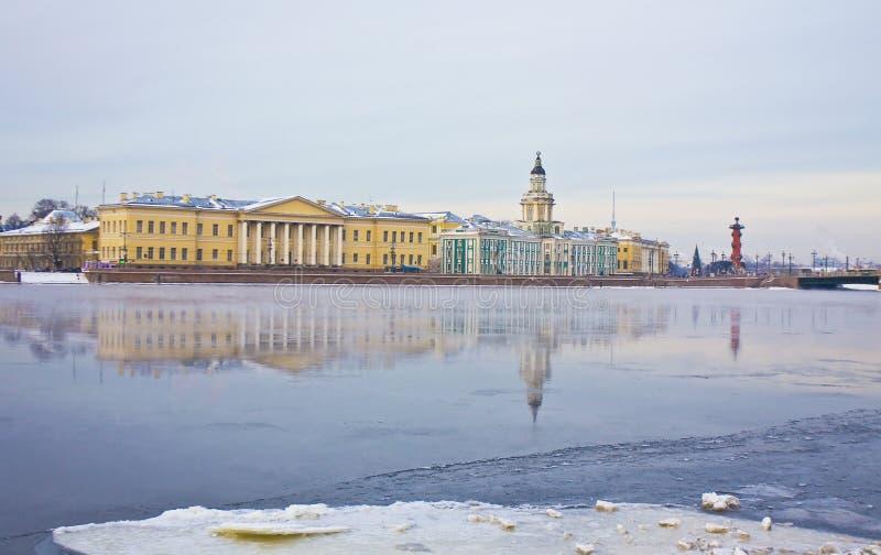 Αγία Πετρούπολη, αποβάθρα του ποταμού Neva το χειμώνα στοκ εικόνες
