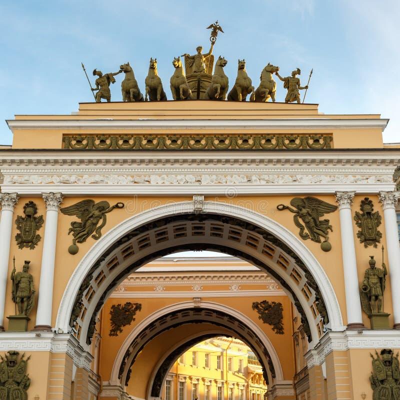 Αγία Πετρούπολη Θριαμβευτική αψίδα του Γενικού Επιτελείου που στηρίζεται στο τετράγωνο παλατιών στοκ φωτογραφίες με δικαίωμα ελεύθερης χρήσης