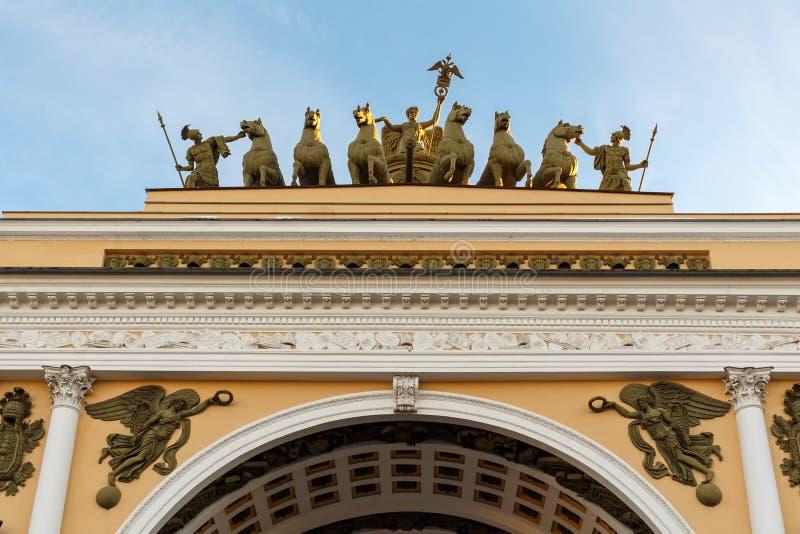 Αγία Πετρούπολη Θριαμβευτική αψίδα του Γενικού Επιτελείου που στηρίζεται στο τετράγωνο παλατιών στοκ εικόνα με δικαίωμα ελεύθερης χρήσης