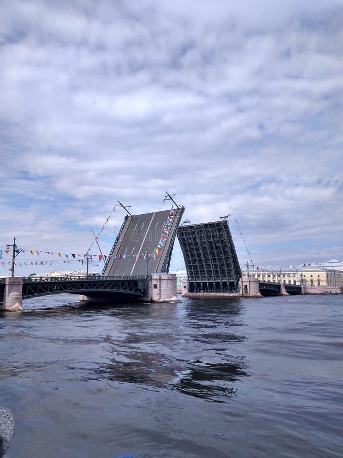Αγία Πετρούπολη & x27 νύχτες και drawbridges του s οι άσπρες είναι η τηλεπικοινωνιακή κάρτα της πόλης Πόλη στο Neva στοκ εικόνα