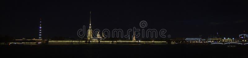 Αγία Πετρούπολη, που εξισώνει το ανάχωμα του ποταμού Neva στοκ φωτογραφίες