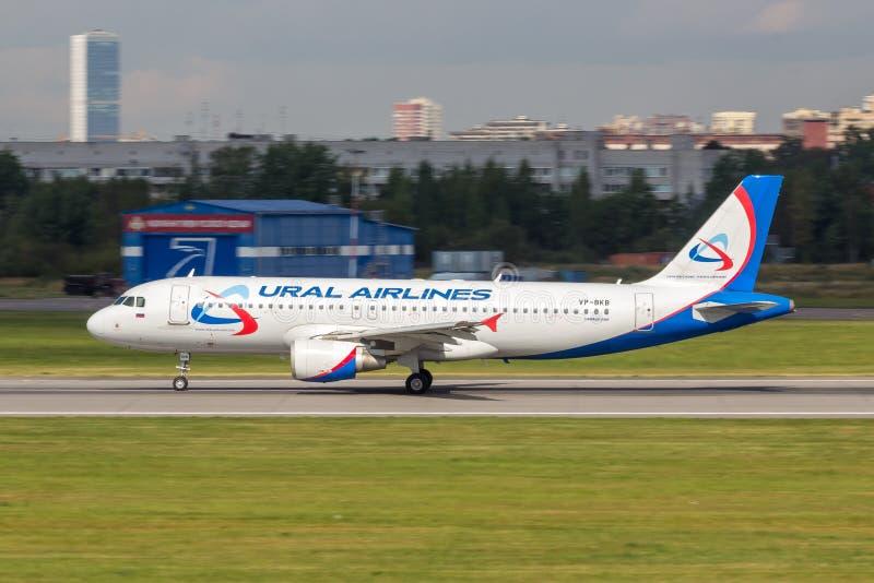 Αγία Πετρούπολη, Ρωσία - 08/16/2018: Αεριωθούμενες αερογραμμές ` vp-BKB airbus A320 ` Ural επιβατηγών αεροσκαφών στον αερολιμένα  στοκ φωτογραφία με δικαίωμα ελεύθερης χρήσης