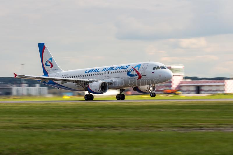 Αγία Πετρούπολη, Ρωσία - 08/16/2018: Αεριωθούμενη vq-ΤΣΆΝΤΑ αερογραμμών ` airbus A320 ` Ural επιβατηγών αεροσκαφών στον αερολιμέν στοκ εικόνες με δικαίωμα ελεύθερης χρήσης