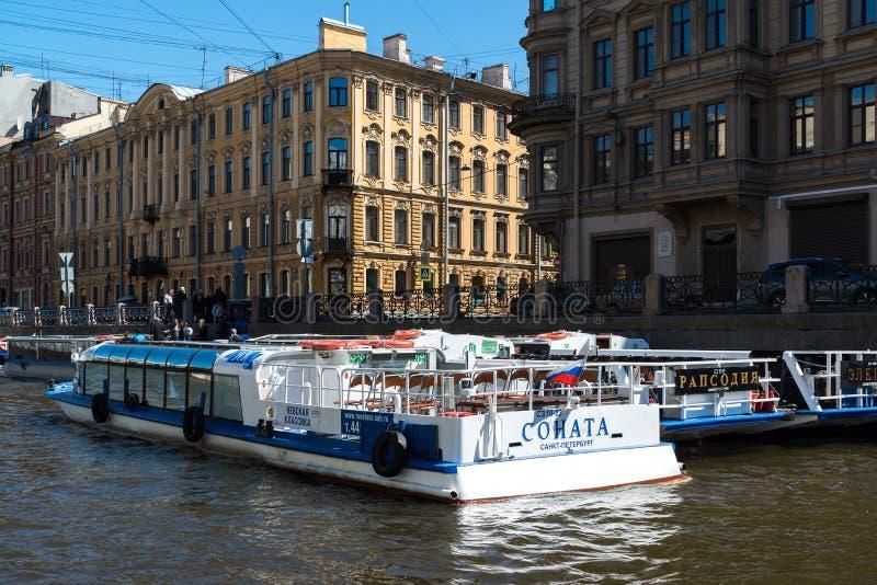 Αγία Πετρούπολη, Ρωσία - 4 Ιουνίου 2017 Διάφορα σκάφη αναψυχής στις αποβάθρες στον ποταμό Moika στοκ εικόνες