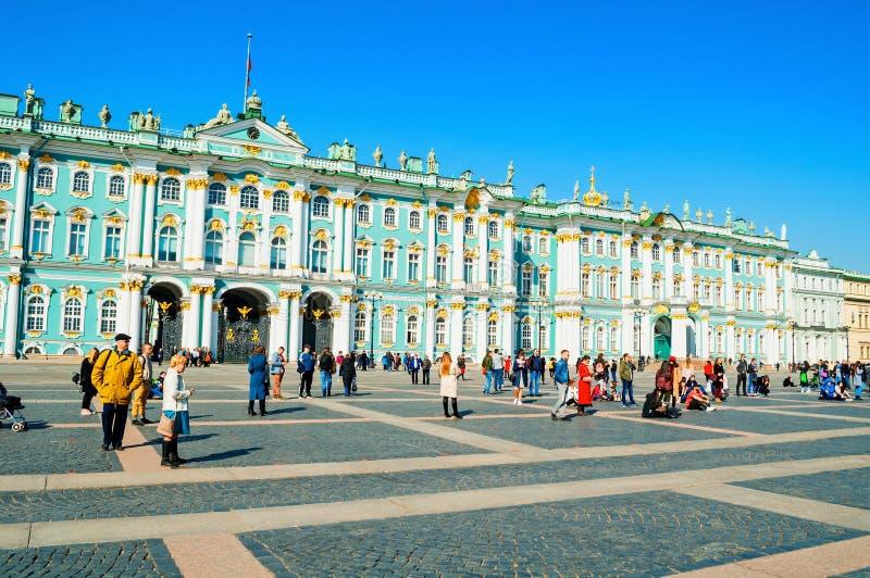Αγία Πετρούπολη, Ρωσία Μουσείο Ερμιτάζ στο τετράγωνο παλατιών Το χειμερινό παλάτι και οι περίβολοί του διαμορφώνουν το μουσείο ερ στοκ εικόνες
