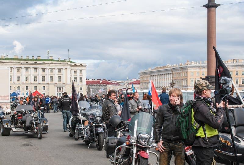 Αγία Πετρούπολη, Ρωσία - 25 Σεπτεμβρίου 2017: Οι ποδηλάτες προετοιμάζονται για την παρέλαση προς τιμή το κλείσιμο της εποχής στοκ φωτογραφία με δικαίωμα ελεύθερης χρήσης