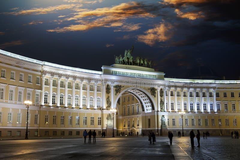 Αγία Πετρούπολη Ρωσία Τετράγωνο παλατιών και αψίδα του κτηρίου Γενικού Επιτελείου στο φωτισμό νύχτας στοκ εικόνες