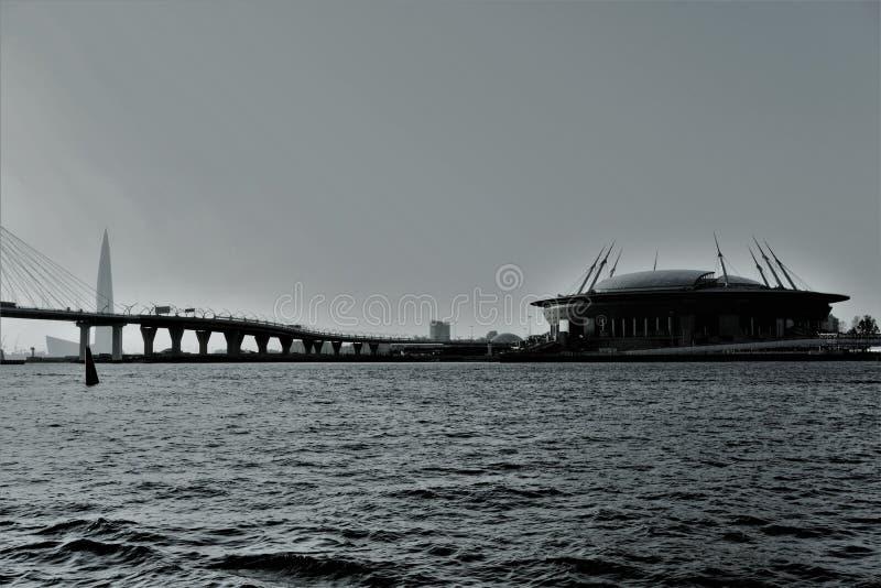 Αγία Πετρούπολη, Ρωσία, τον Ιούλιο του 2018 Άποψη από τον ποταμό Neva στην καλώδιο-μένοντα γέφυρα και το γήπεδο ποδοσφαίρου στοκ εικόνα