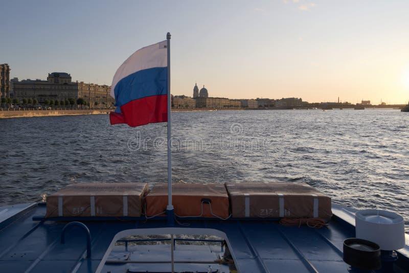 Αγία Πετρούπολη, Ρωσία, τον Ιούλιο του 2019 Ρωσική σημαία στην πρύμνη του σκάφους στο ηλιοβασίλεμα στοκ φωτογραφίες με δικαίωμα ελεύθερης χρήσης