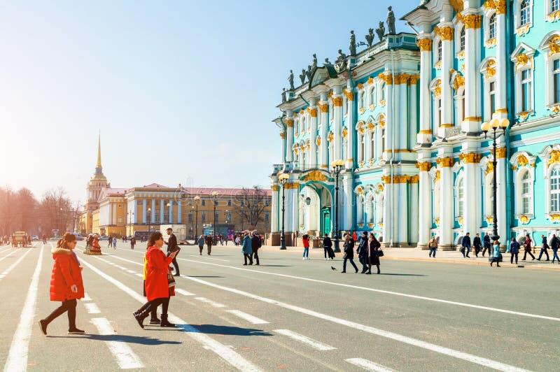 Αγία Πετρούπολη, Ρωσία Τουρίστες που περπατούν γύρω από το τετράγωνο παλατιών κοντά στο κτήριο μουσείων χειμερινών παλατιών και ε στοκ φωτογραφία με δικαίωμα ελεύθερης χρήσης