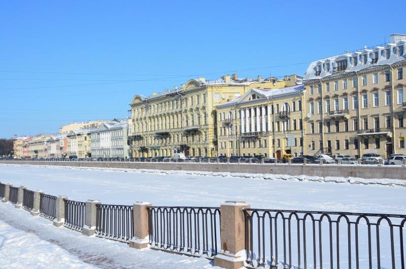 Αγία Πετρούπολη, Ρωσία, 27 Φεβρουαρίου, 2018 Άγιος Πετρούπολη, ανάχωμα του ποταμού Fontanka το χειμώνα Σπίτια 24, 26, 28, 30 στοκ εικόνες με δικαίωμα ελεύθερης χρήσης
