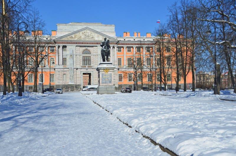 Αγία Πετρούπολη, Ρωσία, 27 Φεβρουαρίου, 2018 Το μνημείο στον αυτοκράτορα Μέγας Πέτρος και κάστρο Mikhailovsky το χειμώνα ι SU Υ δ στοκ φωτογραφίες