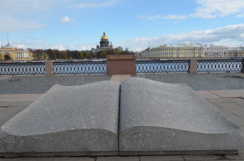Αγία Πετρούπολη Το μνημείο το ανοιγμένο βιβλίο στοκ φωτογραφία με δικαίωμα ελεύθερης χρήσης