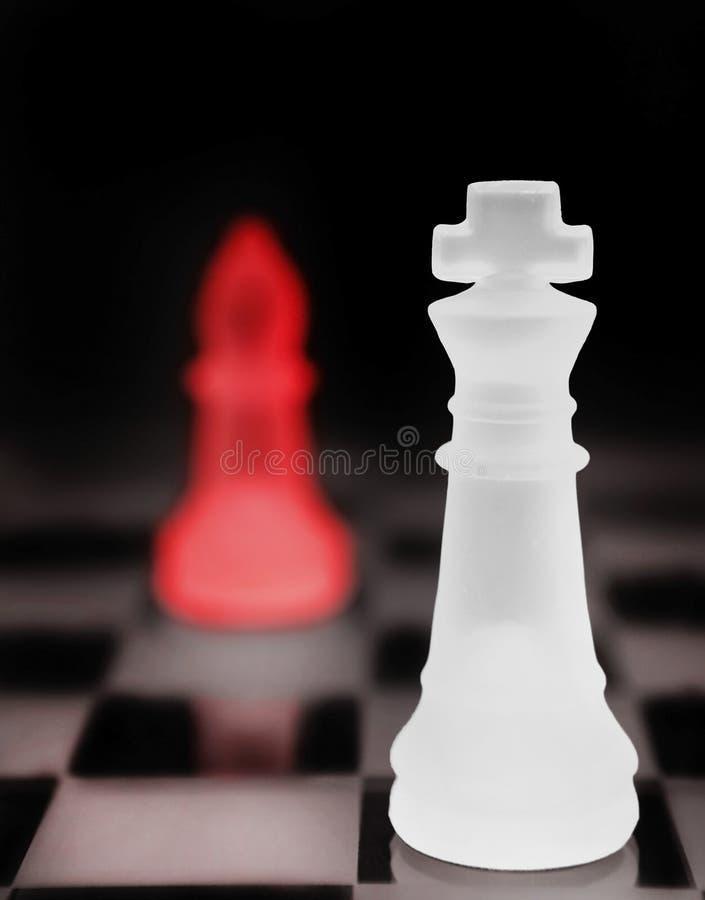 Αγαθό εναντίον του κακού βασιλιά σκακιού στοκ εικόνα με δικαίωμα ελεύθερης χρήσης