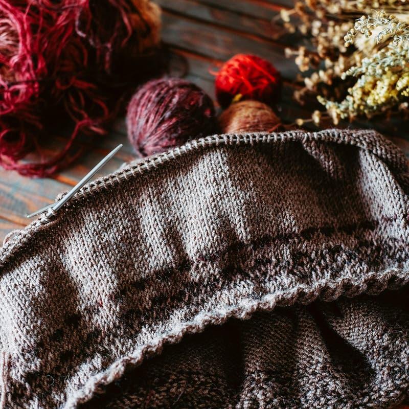 Αγαπημένος χρόνος χειμερινών περασμάτων Πλέξιμο ενός θερμού πουλόβερ στοκ εικόνες