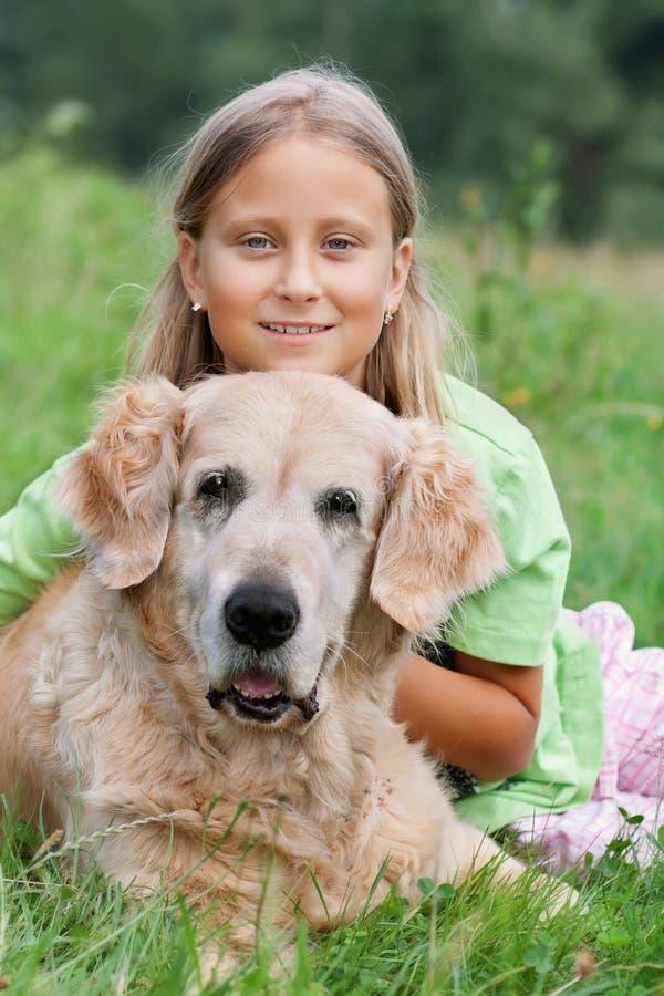 αγαπημένο κορίτσι σκυλιώ&n στοκ εικόνες