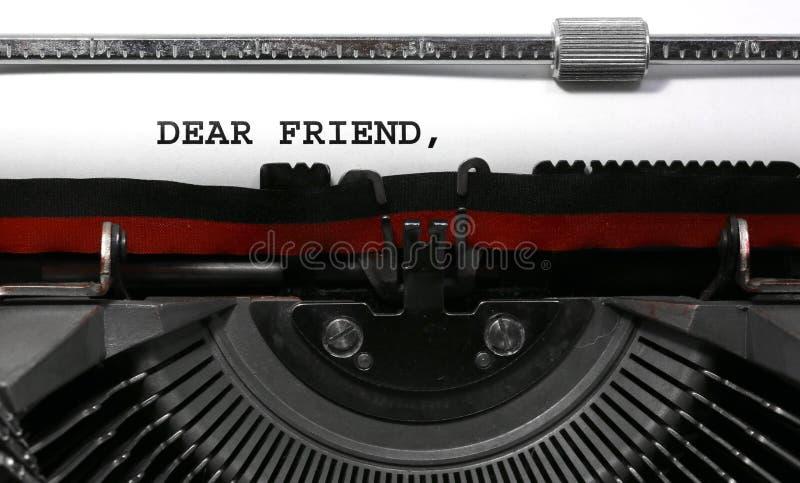 Αγαπητός φίλος κειμένων που γράφεται με την εκλεκτής ποιότητας γραφομηχανή στοκ φωτογραφία με δικαίωμα ελεύθερης χρήσης
