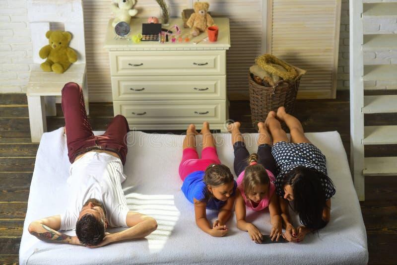 Αγαπώντας έννοια οικογενειών και ψυχαγωγίας στοκ φωτογραφία με δικαίωμα ελεύθερης χρήσης