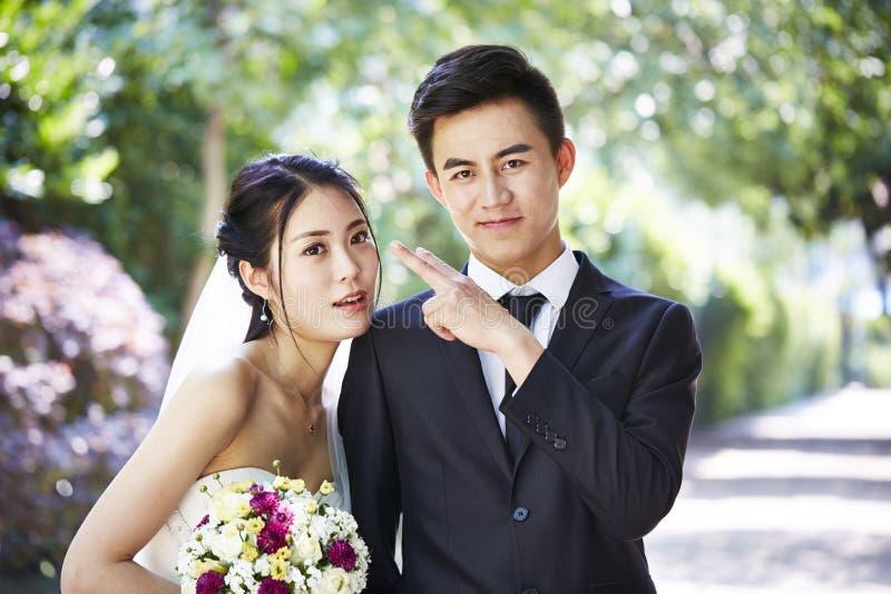 Αγαπώντας Ασιάτης συνδέει πρόσφατα -πρόσφατα-wed στοκ εικόνες