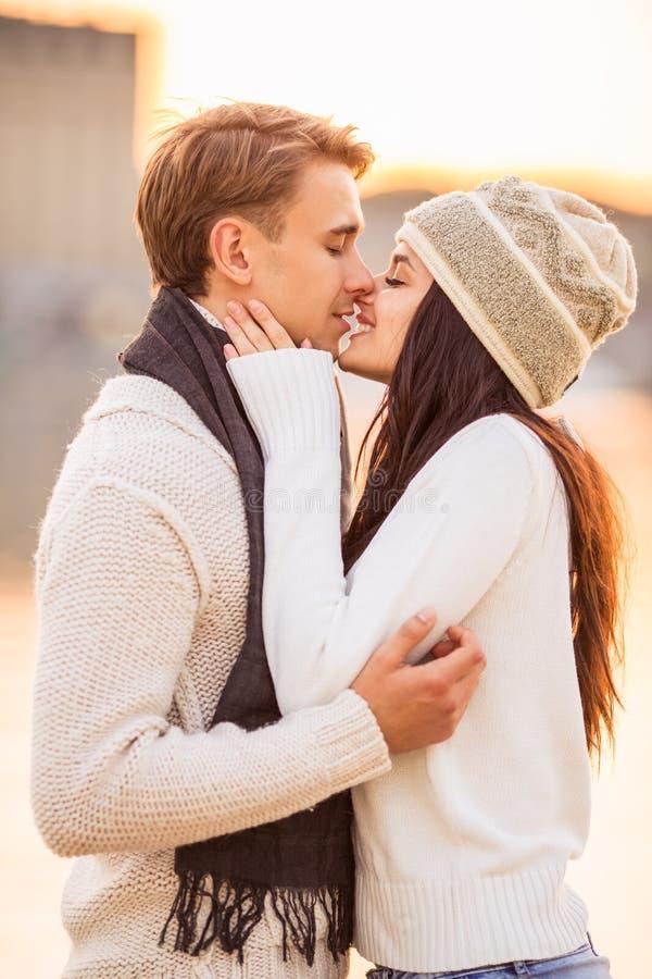 Αγαπώντας ζεύγος κατά μια ημερομηνία στοκ εικόνες