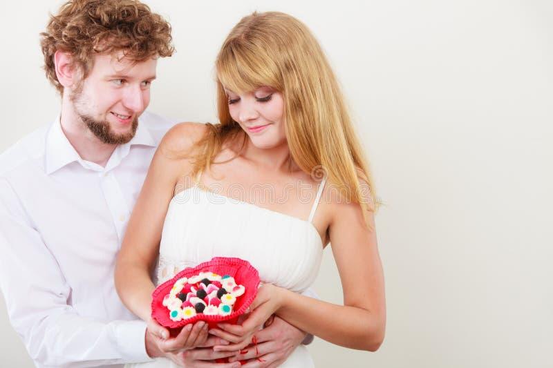 Αγαπώντας ζεύγος με τα λουλούδια δεσμών καραμελών Αγάπη στοκ φωτογραφία με δικαίωμα ελεύθερης χρήσης