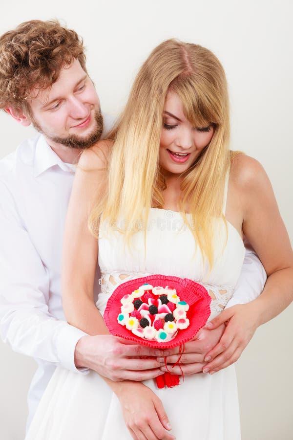 Αγαπώντας ζεύγος με τα λουλούδια δεσμών καραμελών Αγάπη στοκ φωτογραφίες