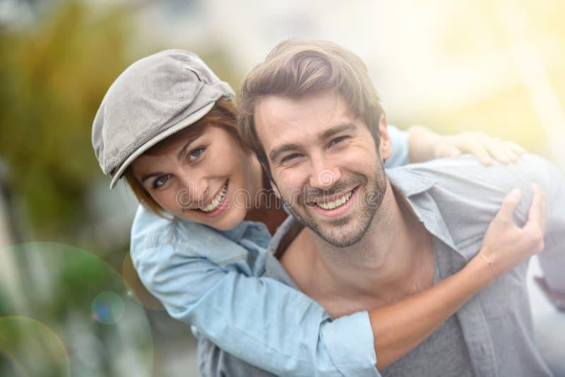 Αγαπώντας ζεύγος που αγκαλιάζει στις οδούς στοκ φωτογραφία με δικαίωμα ελεύθερης χρήσης