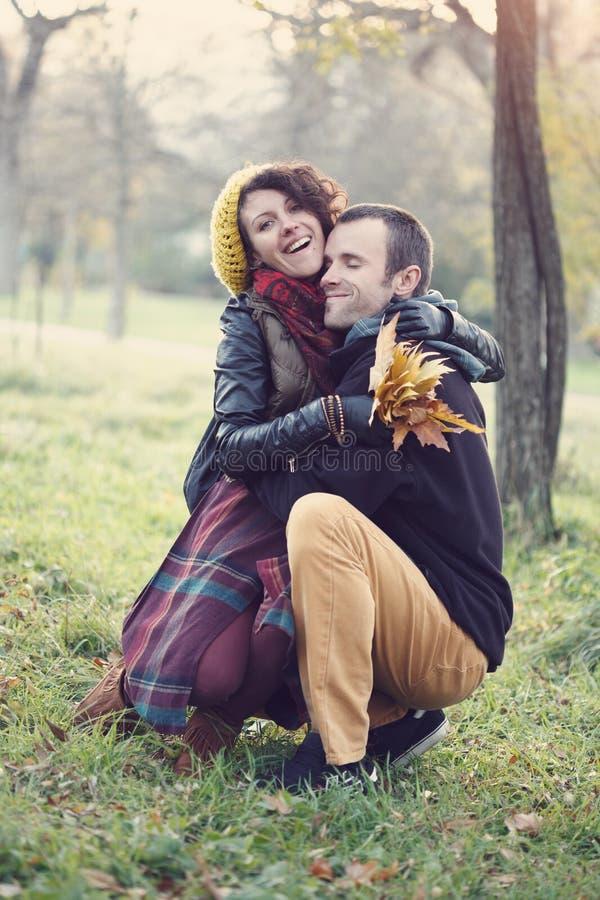 Αγαπώντας ζεύγος που αγκαλιάζει στο πάρκο στοκ φωτογραφίες