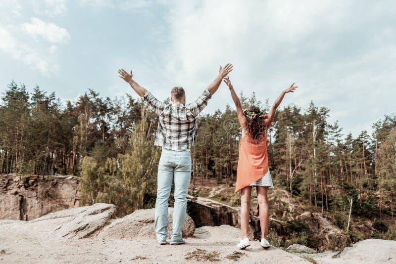 Αγαπώντας ζεύγος που αισθάνεται την απλά κατάπληξη περνώντας το Σαββατοκύριακο στα βουνά στοκ εικόνα με δικαίωμα ελεύθερης χρήσης