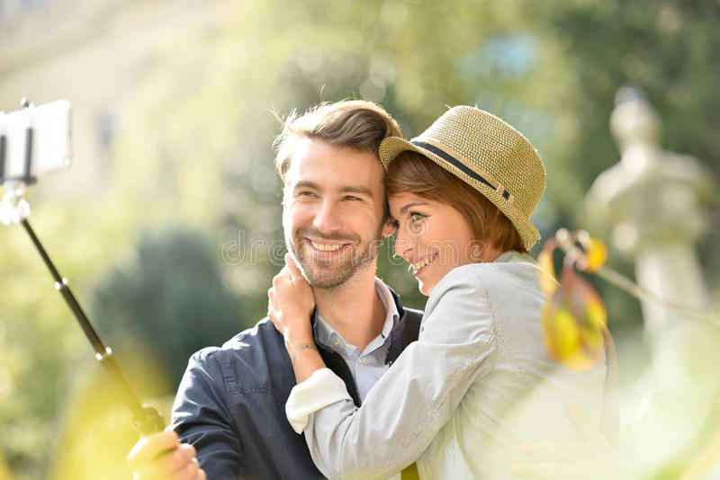 Αγαπώντας ζεύγος που κάνει selfie την εικόνα στοκ φωτογραφία με δικαίωμα ελεύθερης χρήσης