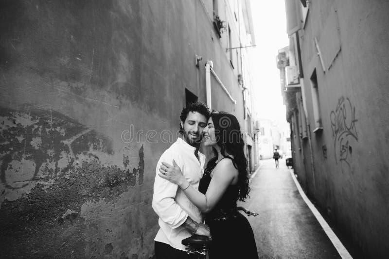 Αγαπώντας ζεύγος που κλίνει ήπια ο ένας εναντίον του άλλου στην παλαιά πόλη r στοκ εικόνες με δικαίωμα ελεύθερης χρήσης