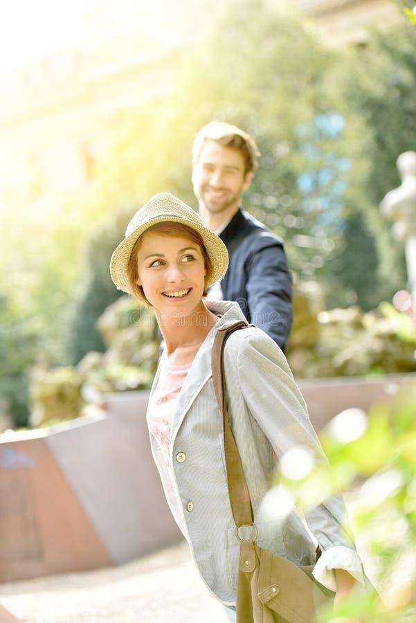 Αγαπώντας ζεύγος που περπατά δημόσια το πάρκο στοκ εικόνες