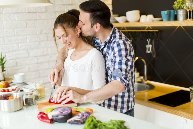 Αγαπώντας ζεύγος που προετοιμάζει τα υγιή τρόφιμα στοκ εικόνα