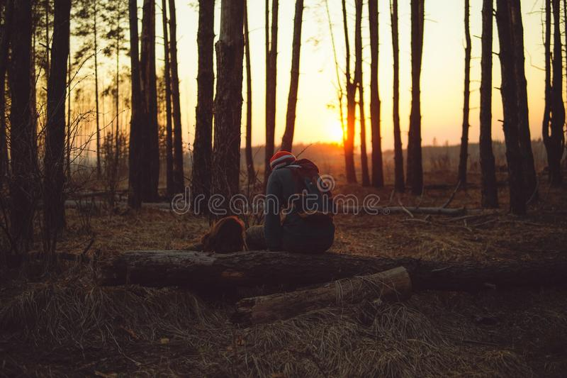 Αγαπώντας ζεύγος στο δάσος βραδιού στοκ φωτογραφίες