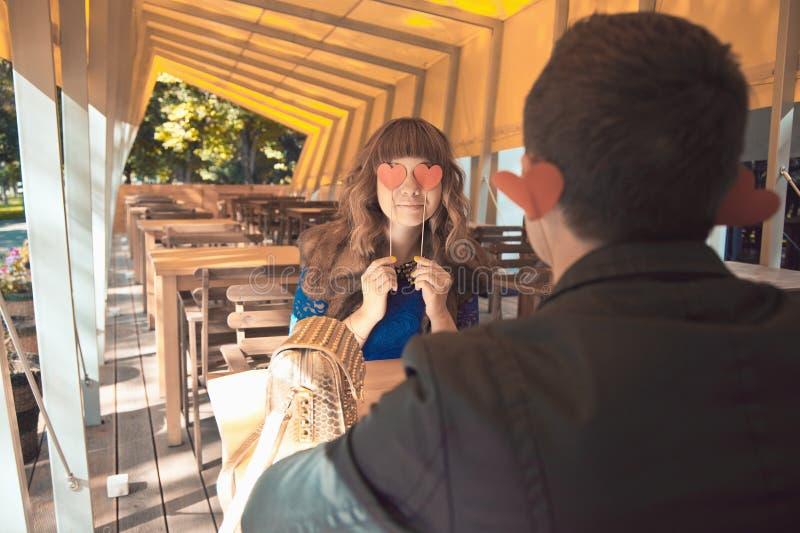 Αγαπώντας ζεύγος στο εστιατόριο με την κόκκινη καρδιά στοκ φωτογραφίες