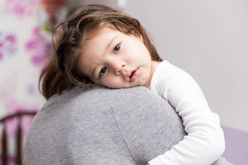 Αγαπώντας κορίτσι που αγκαλιάζει Mom στο σπίτι στοκ εικόνες