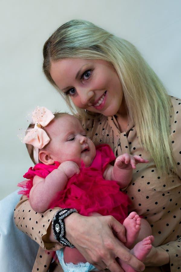 αγαπώντας μητέρα εκμετάλλ στοκ εικόνες