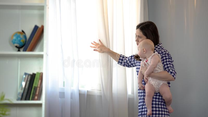Αγαπώντας μητέρα και σύζυγος που περιμένουν το σύζυγο με λίγο κοριτσάκι στα όπλα, οικογένεια στοκ φωτογραφία με δικαίωμα ελεύθερης χρήσης