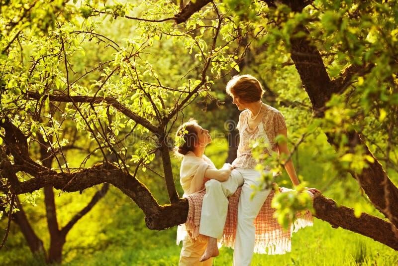 Αγαπώντας μητέρα με την κόρη της στοκ εικόνα με δικαίωμα ελεύθερης χρήσης