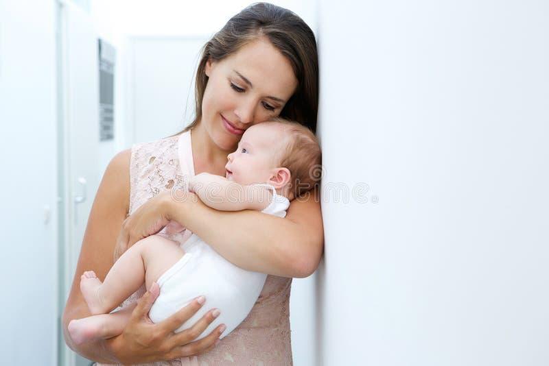 Αγαπώντας μητέρα που κρατά το νεογέννητο παιδί στοκ φωτογραφίες με δικαίωμα ελεύθερης χρήσης
