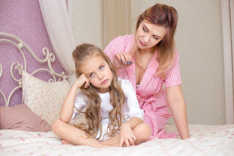 Αγαπώντας μητέρα που παρηγορεί τη λυπημένη και sulky κόρη της στοκ εικόνες με δικαίωμα ελεύθερης χρήσης