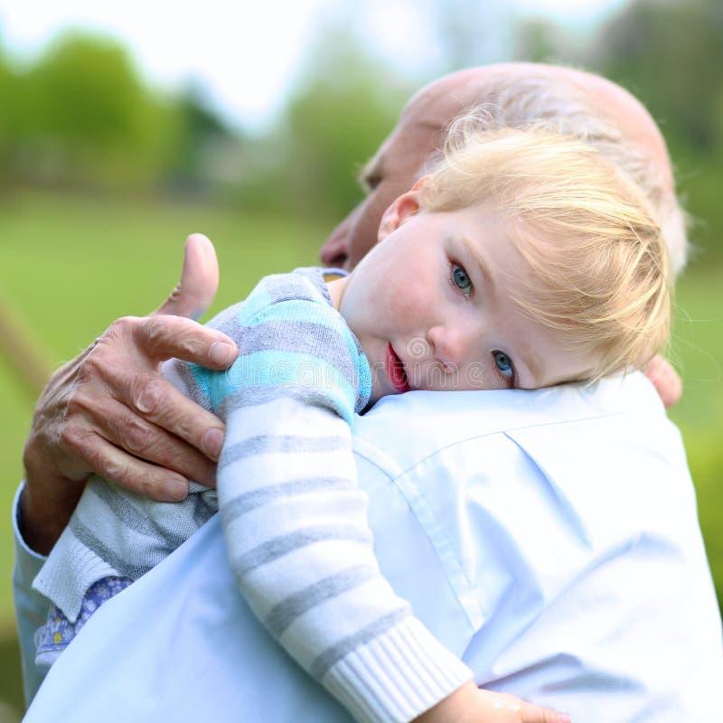 Αγαπώντας παππούς που κρατά το μικρό εγγόνι του στοκ εικόνες με δικαίωμα ελεύθερης χρήσης