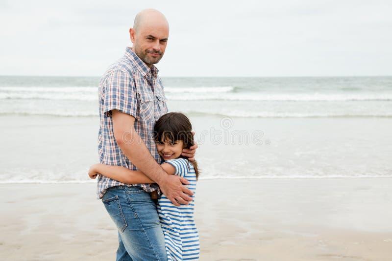 Αγαπώντας πατέρας και κόρη στην παραλία στοκ φωτογραφία